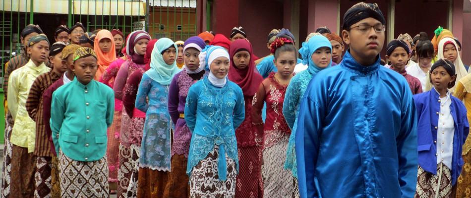 Ulang Tahun Kabupaten Sleman ke-98 ala SMP N 1 Kalasan Kental dengan Adat Jawa
